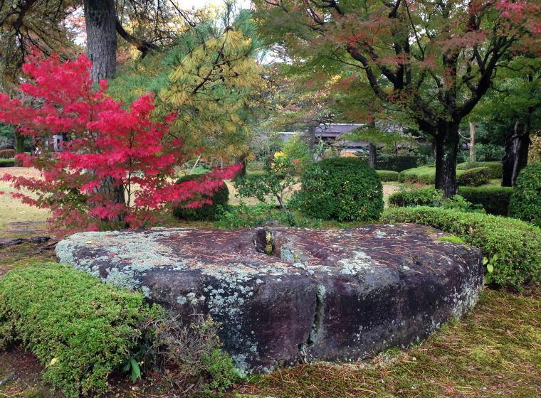 銅像の台座石